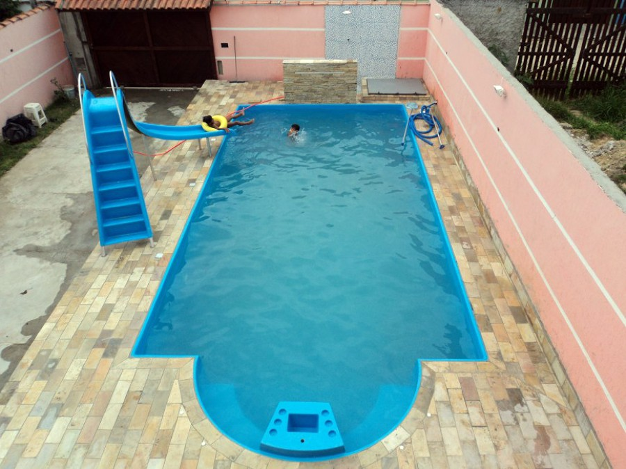 Piscina Ipanema com bar integrado e suporte para guarda-sol