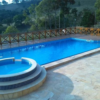 Piscina com SPA suspenso