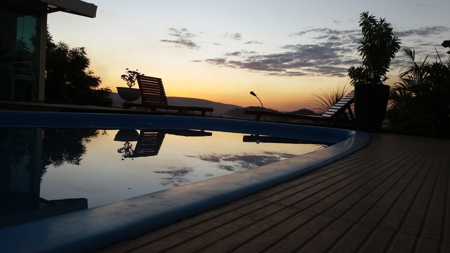 Por do sol no patio da piscina