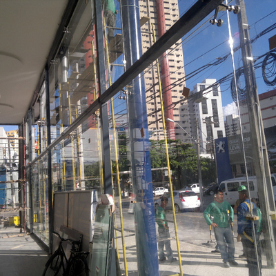 Fachada com spider glass