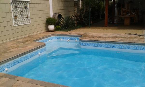 É normal a piscina de vinil desbotar?